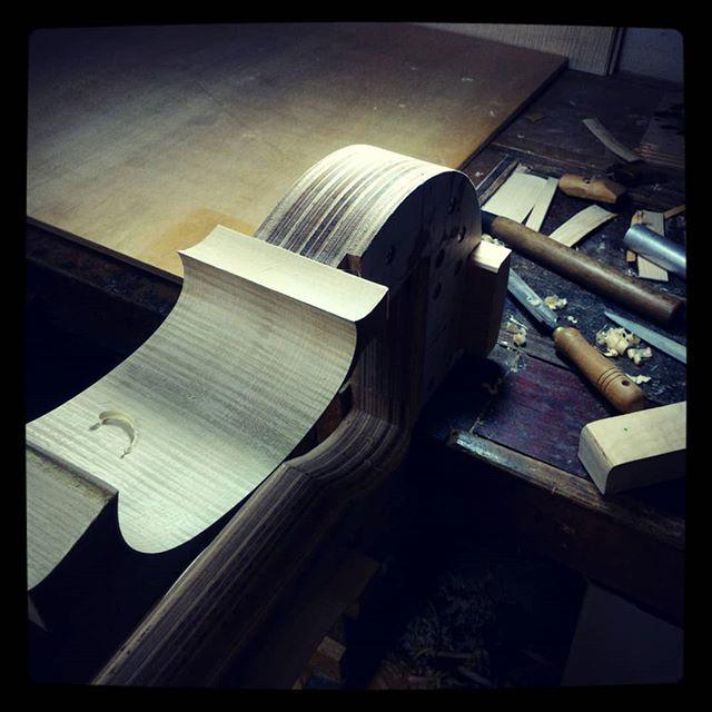 Making a new cello. お知らせ:工房は10月に展示会と私用が重なり、ほぼ一ヶ月お休みとなります。ご迷惑をおかけして申し訳ありません。その間もHPのCONTACTよりお問いわせ可能です。#violoncello #cello #チェロ