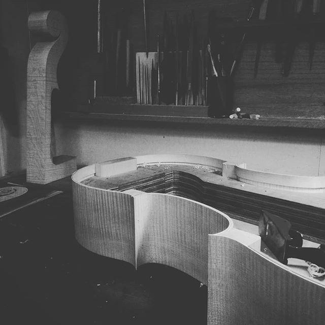 チェロ製作 横板と他部材も張り終え表面をきれいにする。#ヴァイオリン #ヴィオラ #チェロ #コントラバス #沖縄 #那覇 #楽器 #violin #viola #cello #doublebass #クラシック #那覇弦楽器